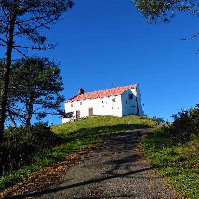 Ermita y alto de Santana de Montarés desde Cudillero
